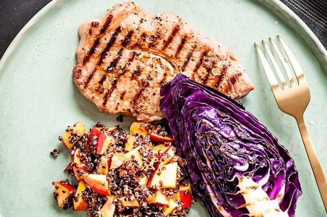 Nakkekoteletter med nektarinsalat og grillet spidskål